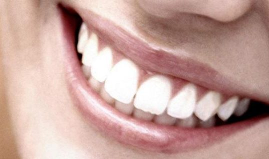 Η Ελληνίδα οδοντίατρος που εφηύρε ουσία η οποία αναπλάθει τα δόντια χωρίς σφράγισμα