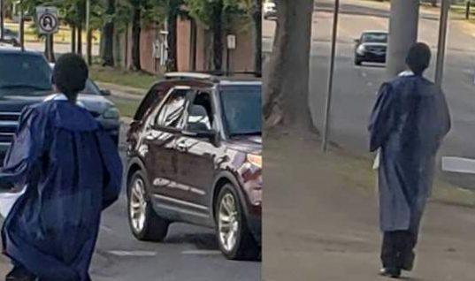 Ο μαθητής που έγινε viral -Πήγε στην αποφοίτηση με τα πόδια, του πήραν δώρο αυτοκίνητο (εικόνες)