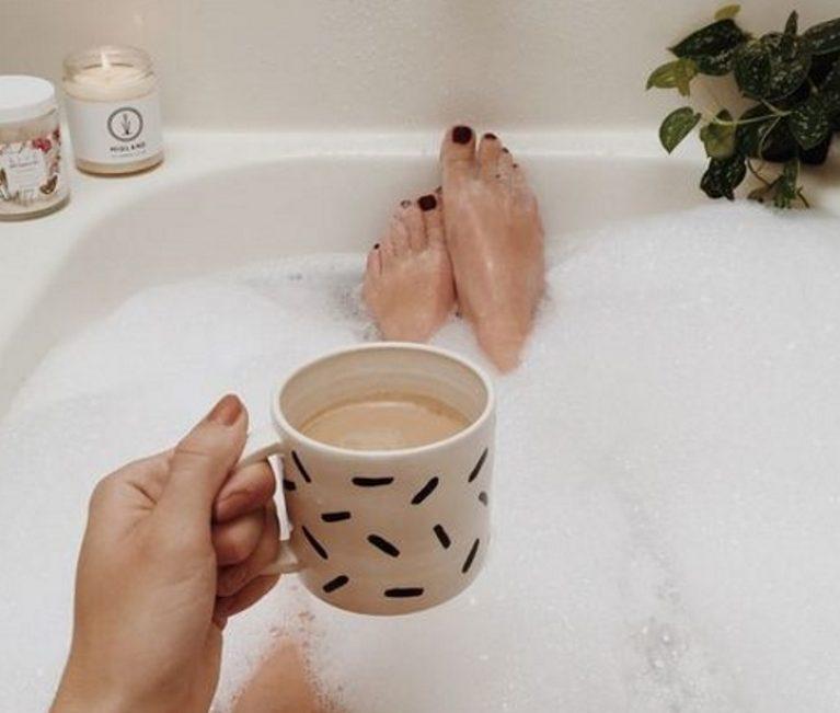 """Μητέρα στο σπίτι: 7 τρόποι να περιποιηθείς τον εαυτό σου μέσα στην πιο """"τρελή"""" ρουτίνα"""