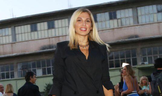 Η Σπυροπούλου ανέβασε την ίδια φωτογραφία με μαγιό, με και χωρίς ρετούς