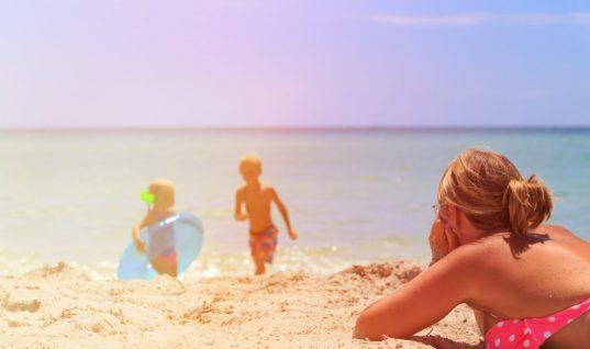 3 συχνά λάθη που κάνουν οι γονείς όταν πηγαίνουν στην παραλία με τα παιδιά