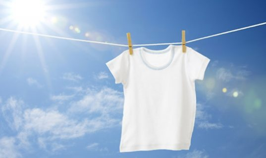 Το εύκολο κόλπο για να κάνετε τα λευκά ρούχα πιο αστραφτερά!