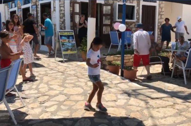 Κοριτσάκι χορεύει το «Ζεϊμπέκικο της Ευδοκίας» στο Καστελόριζο και γίνεται viral στο διαδίκτυο (Vid)