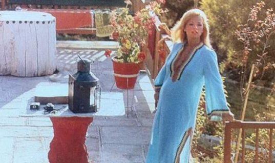 Η στιγμή που η Αλίκη Βουγιουκλάκη κατέρρευσε στο σπίτι της στον Θεολόγο (vid)