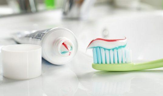 Γιατί πρέπει να βάζεις οδοντόκρεμα στα ρούχα και στα παπούτσια σου -Οι απίστευτες χρήσεις της