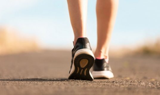 Τι σημαίνει «ζωηρό περπάτημα»; Επιστήμονες απαντούν πόσα βήματα το λεπτό κάνουν καλό στην υγεία