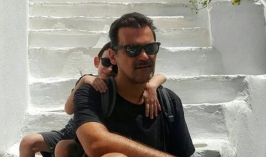 Ο Κωνσταντίνος Καζάκος σε σπάνιες φωτογραφίες με τον γιο του