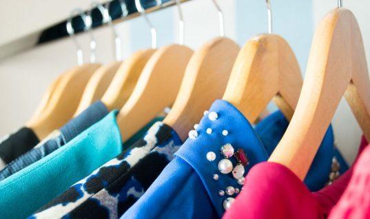 Το κόλπο για να μην γλιστράνε τα ρούχα σου από τις κρεμάστρες!