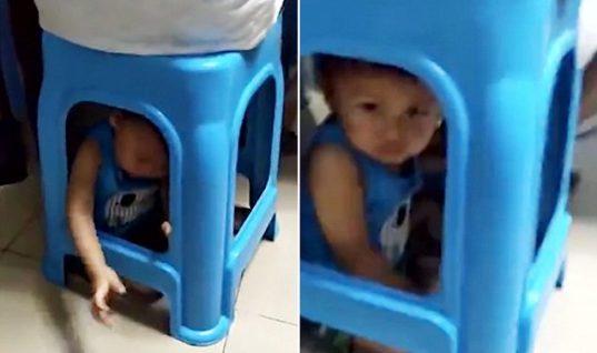 Μητέρα «φυλακίζει» σε σκαμπό το παιδί της για να παίξει χαρτιά (vid)