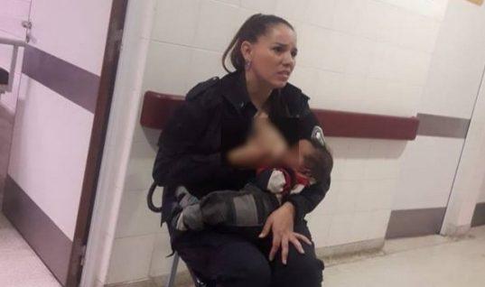 Συγκλονιστικό: Αστυνομικός θηλάζει «υποσιτισμένο και βρώμικο» μωρό σε νοσοκομείο