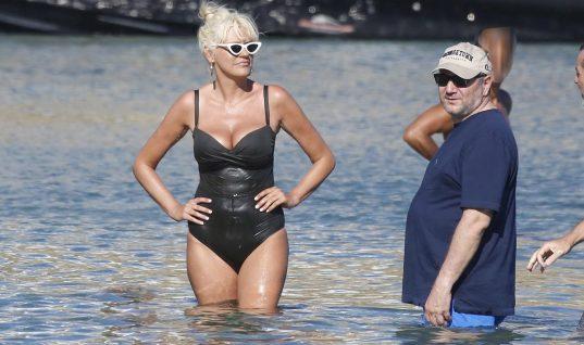 Σάσα Σταμάτη: Σε παραλία της Μυκόνου με τον Παύλο Βαρδινογιάννη (εικόνες)