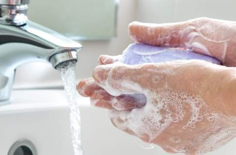 Τελικά, πρέπει να πλένουμε τα χέρια μας με κρύο ή ζεστό νερό;