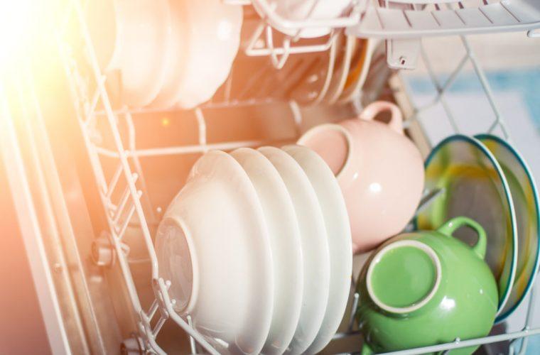 Ο λόγος που πρέπει να βάζεις ένα μπολ με ξύδι στο πλυντήριο πιάτων σου -Θα σου λύσει τα χέρια