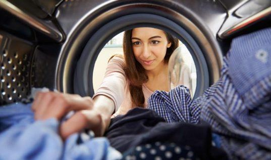 Σώστε τα ρούχα που έχουν «μπει» στο πλύσιμο -Το κόλπο μίας μπλόγκερ