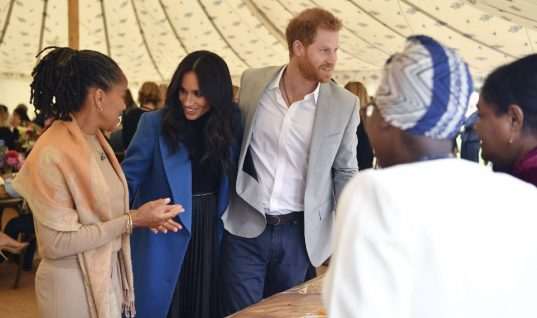 Η στιγμή που ο πρίγκιπας Χάρι φτιάχνει δημόσια τα μαλλιά της Μέγκαν -Η τρυφερή χειρονομία (vid)