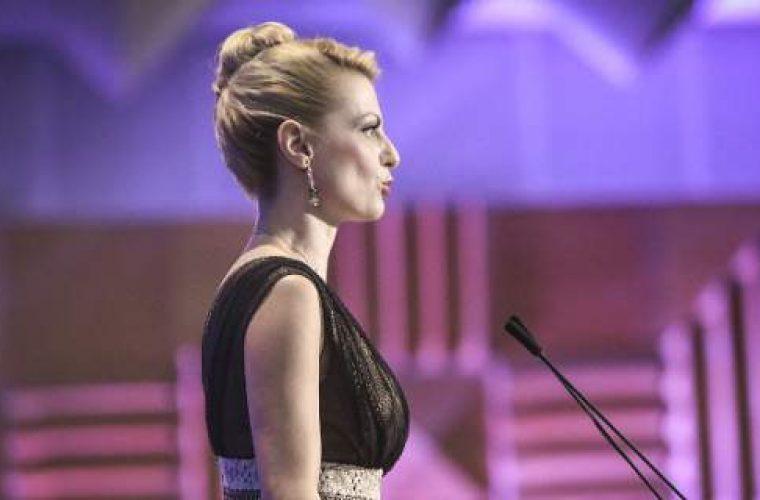 Ποιά είναι η ξανθιά παρουσιάστρια της ΔΕΘ -Με στιλ Eurovision, τουαλέτα και ντεκολτέ (εικόνες)