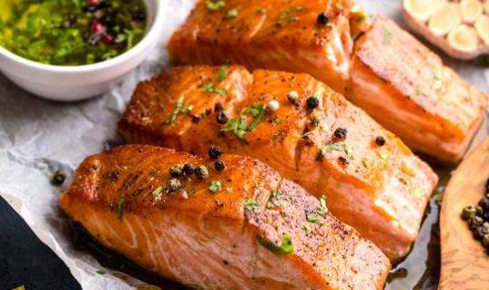Ψητός σολομός: Το κόλπο για να μην βγάζει λαδίλα (και ψαρίλα) στη γεύση