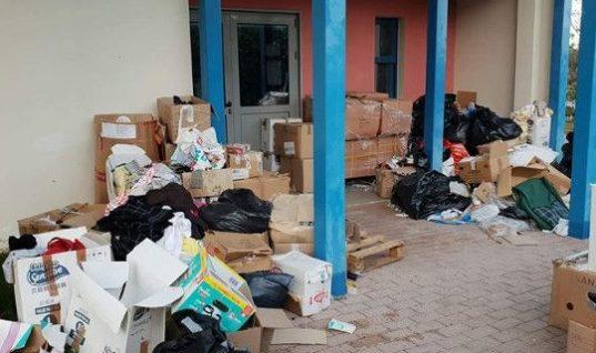 Εικόνες ντροπής: Σαν σκουπίδια πέταξε σε μια αυλή τα πράγματα για τους πυρόπληκτους ο Ψινάκης (εικόνες)