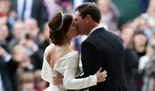 Αυτές είναι οι τσάντες που πήραν δώρο οι καλεσμένοι στον βασιλικό γάμο και τώρα τις πωλούν στο Internet