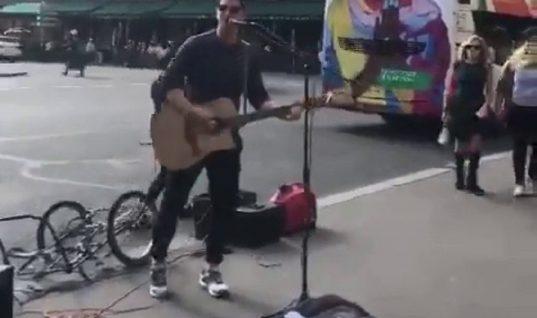 Ο Σάκης Ρουβάς πήρε την κιθάρα από πλανόδιο μουσικό και τραγουδούσε στο κέντρο του Παρισίου (εικόνες – vid)