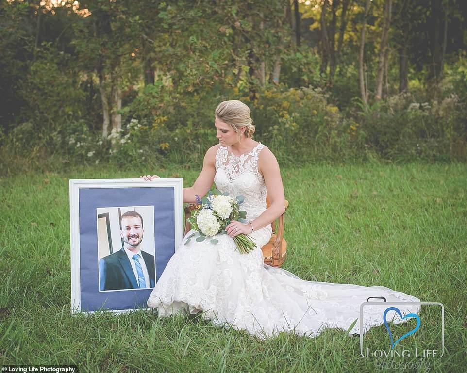 Γυναίκα φωτογραφίζεται με το νυφικό στον τάφο του αγαπημένου της την ημέρα που θα παντρεύονταν (εικόνες)