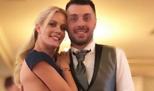 Λαμπερή στον γάμο του αδελφού της η Μακρυπούλια: Το αποκαλυπτικό φόρεμα! (εικόνες)
