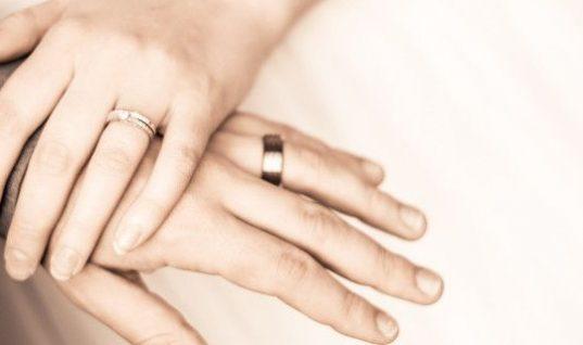 Zευγάρι της ελληνικής σόουμπιζ κράτησε τα χρήματα-δώρο γάμου που θα έδινε για φιλανθρωπικό σκοπό!