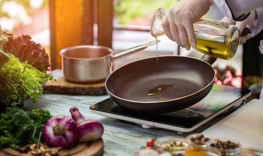Το τρικ για να μην πετάγεται το λάδι την ώρα που τηγανίζετε