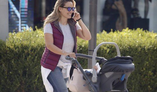 Ελεονώρα Μελέτη: Με την κόρη της βόλτα στη Γλυφάδα (εικόνες)