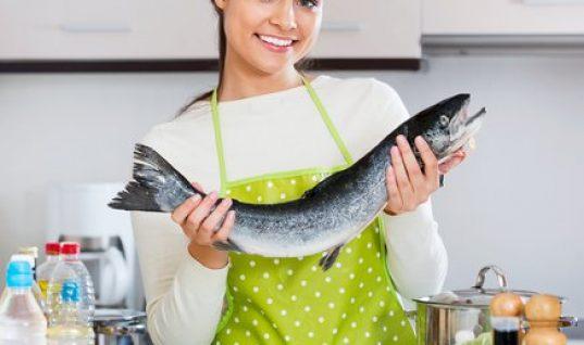 Μυρίζει… ψαρίλα; 5 τρόποι για να τη διώξεις από την κουζίνα σου