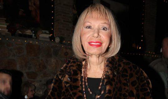 Η Ρίκα Διαλυνά εντυπωσίασε φορώντας μίνι στα 87 της χρόνια!