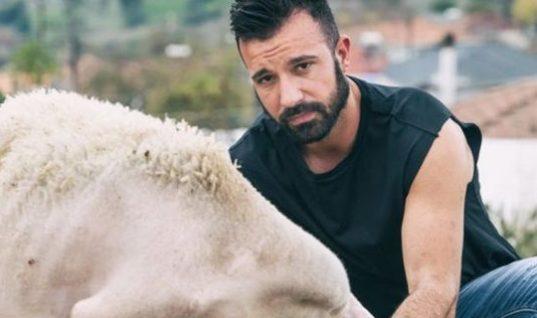 Αγρότες από τη Λάρισα έβγαλαν το δικό τους ημερολόγιο -Ημίγυμνοι, στους αγρούς, με τα ζώα τους (εικόνες)