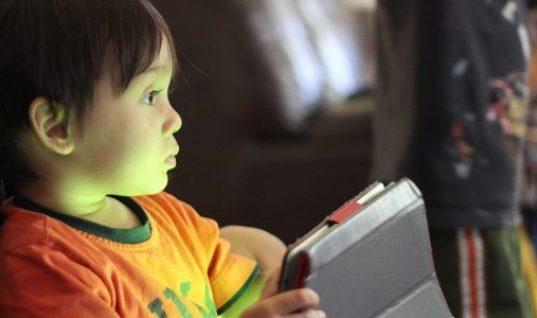Η «μάστιγα» της οθόνης βλάπτει τη διανοητική ανάπτυξη των παιδιών
