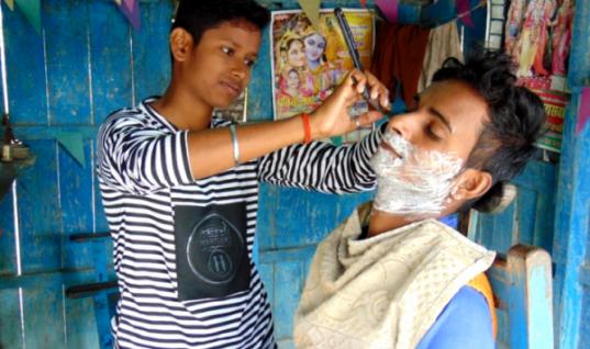 Συγκινητικό – Αδερφές μεταμφιέζονταν σε αγόρια για να βρουν δουλειά και να σώσουν τον άρρωστο πατέρα τους