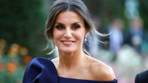 Η βασίλισσα Λετίθια τούς άφησε άφωνους: φόρεσε φούστα που αγόρασε 16 ευρώ και είναι υπέροχη!