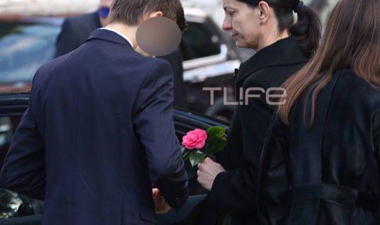 Θέμος Αναστασιάδης: Η σύζυγός του με τα παιδιά τους στο τελευταίο αντίο στον αγαπημένο τους