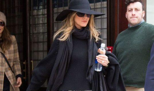 H Tζένιφερ Άνιστον μόλις περπάτησε με τις μπότες που φοράει, αυτή τη στιγμή, όλη η Νέα Υόρκη!