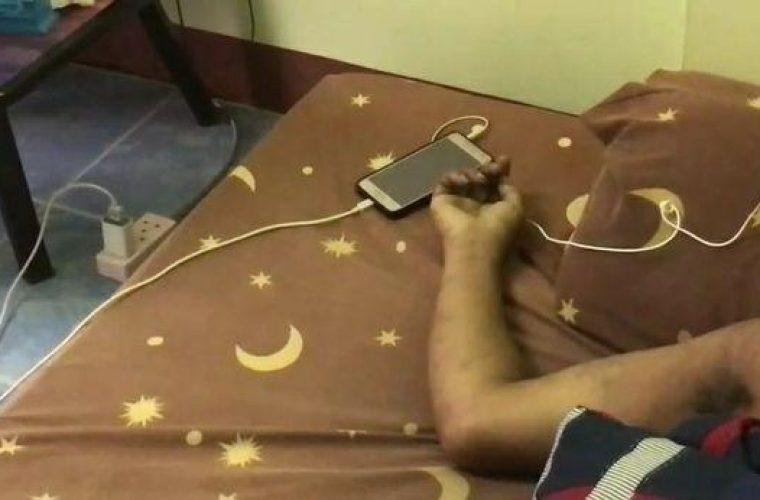 Έπαθε ηλεκτροπληξία ενώ φόρτιζε το κινητό και ταυτόχρονα είχε τα ακουστικά στα αυτιά του