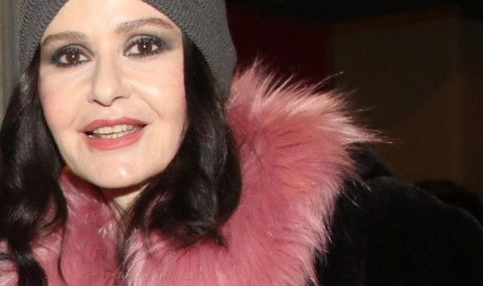 Η Κάτια Δανδουλάκη πήγε θέατρο ντυμένη σαν 20χρονη fashionista! Εκπληκτική (εικόνα)