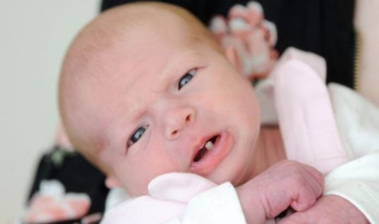 Νεογέννητο μωράκι άνοιξε το στόμα του να κλάψει και άφησε… «ξερές» τις μαίες και τη μαμά του!