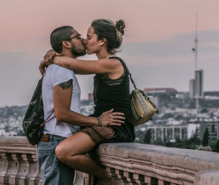 Έλκονται σαν μαγνήτης: Αυτό το ανδρικό ζώδιο είναι μοιραίο να ερωτευτείς ανάλογα με το ζώδιο σου