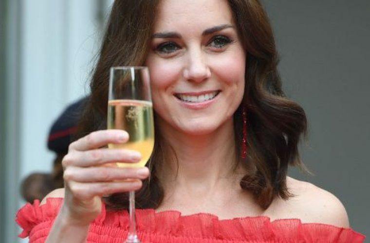 Βραδινή έξοδος χωρίς τον Γουίλιαμ- Η Κέιτ με κατακόκκινο μάξι φόρεμα στο πάρτι της μητέρας της (εικόνες)