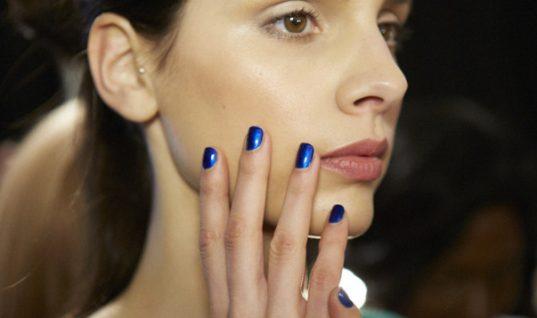 Τα μεταλλικά χρώματα στα νύχια είναι παρελθόν. Αυτή είναι η μεγαλύτερη τάση στο μανικιούρ την άνοιξη