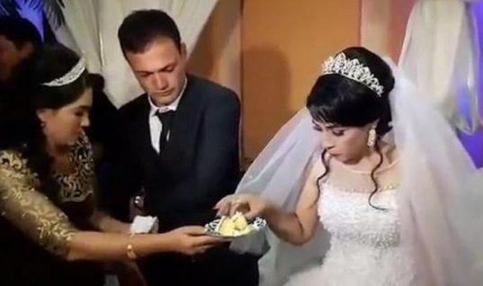 Απαράδεκτος γαμπρός χαστουκίζει με δύναμη τη νύφη μέσα στην εκκλησία επειδή δεν του άρεσε το αστείο της (Vid)