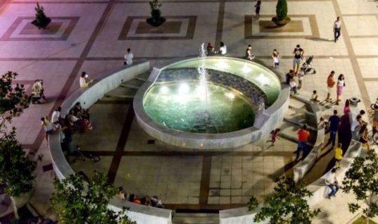 Καλαμάτα: Έκαναν μπάνιο με μπραζίλιαν στο σιντριβάνι της κεντρικής πλατείας  (εικόνα)