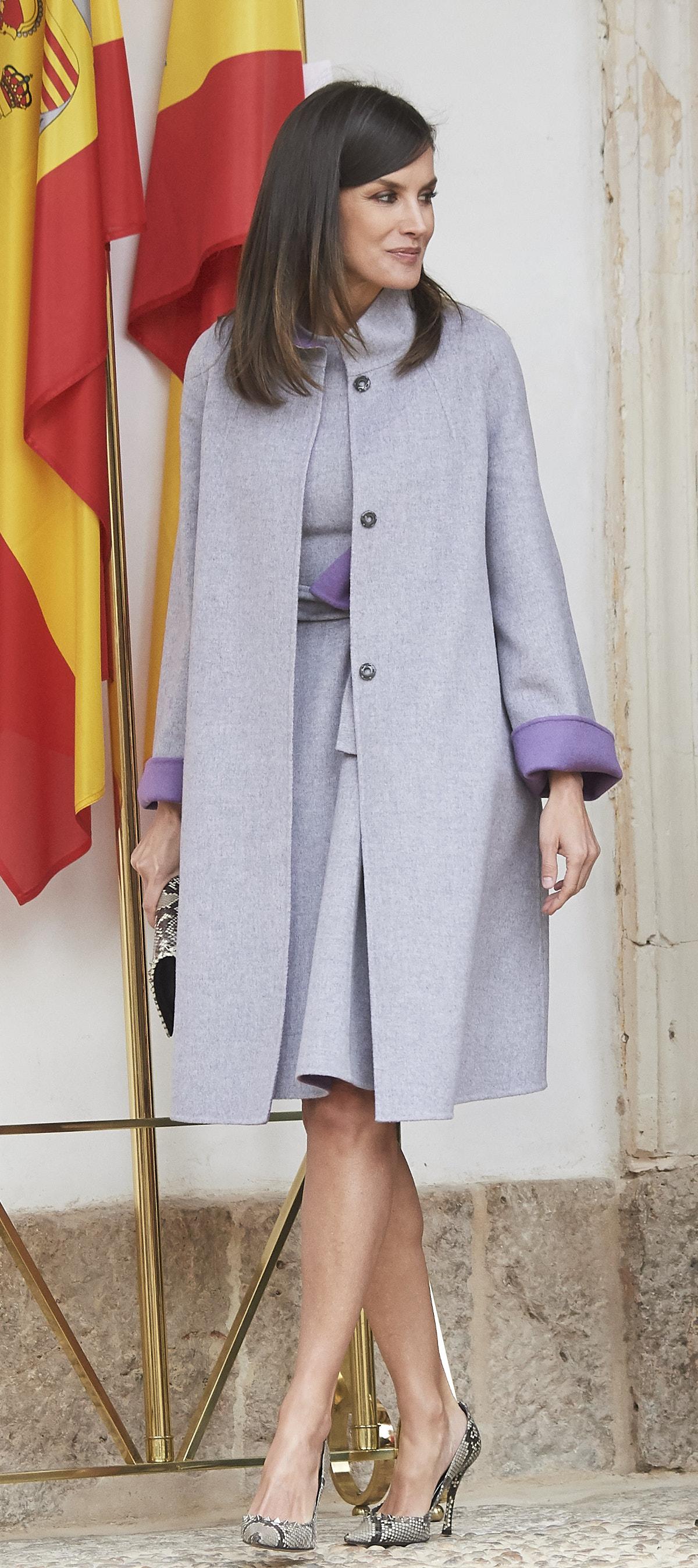 Λετίθια και Κέιτ Μίντλετον φόρεσαν σχεδόν το ίδιο ρούχο αλλά η βασίλισσα... έσκισε την δούκισσα (εικόνες)