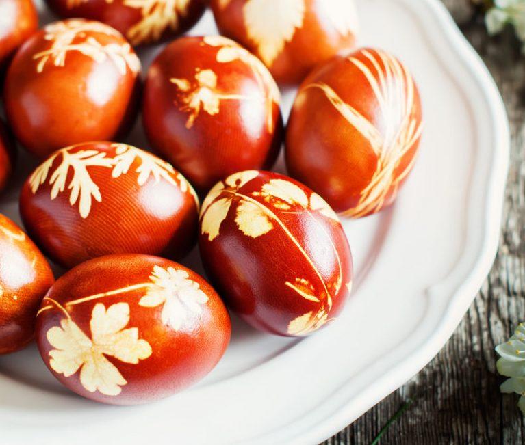 Αυτά τα αυγά μπορείς να τα βάψεις και εσύ έτσι! Θα χρειαστείς κρεμμύδι, μαϊντανό και κόκκινο λάχανο
