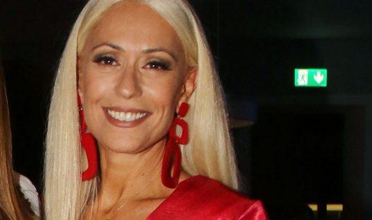 Η Μαρία Μπακοδήμου στα 54 της ποζάρει με μπικίνι μαγιό και προκαλεί πανικό στο instagram
