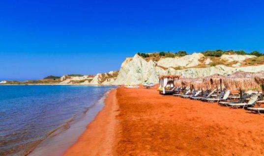 Η ελληνική παραλία με την πορτοκαλί άμμο και το ειδυλλιακό ηλιοβασίλεμα (εικόνες)