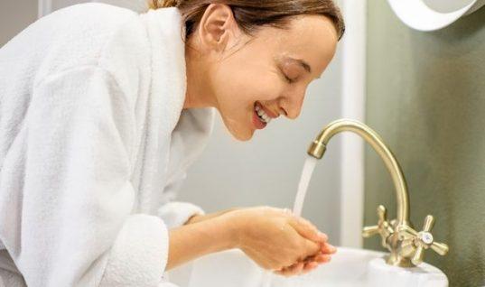 Γιατί πρέπει να σταματήσεις να πλένεις το πρόσωπό σου ενώ κάνεις μπάνιο